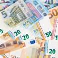 83868762-monnaie-de-l-union-européenne-billets-de-banque-en-euro-fond-2-10-20-et-50-euros-succès-du-concept-ri